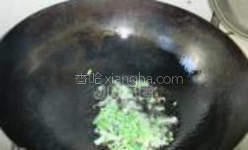 锅置火上加入色拉油。7成热时刚入葱花炸香。