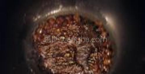 锅中放少许油,倒入适量冰糖和老抽,熬糖色