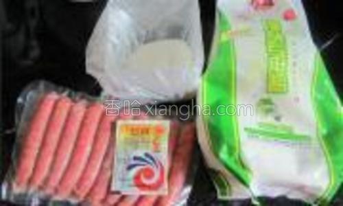 面粉250克,发酵粉1克,温水130克,白糖20-30克。火腿肠12根