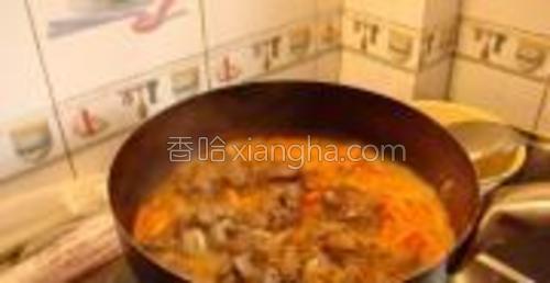 胡萝卜炒软后倒入之前的羊肉,再放入切好的洋葱片继续翻炒几下。