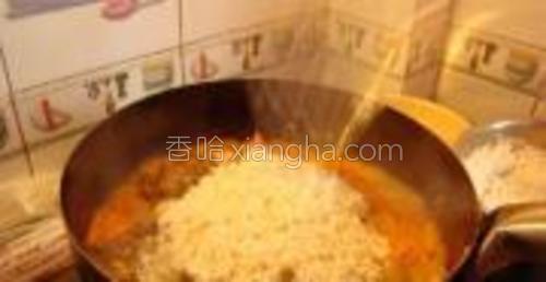 倒入泡好的米。