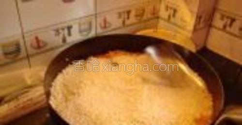 用铲子把米铺平。