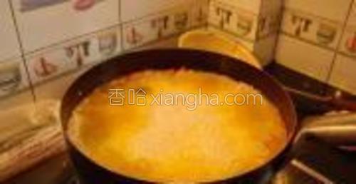 水刚好没过米即可,喜好吃软一点的可以多放点水。然后盖上盖子焖煮20分钟左右,关火放入盐和味精拌匀。