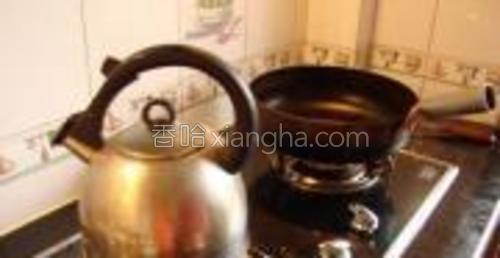 左边烧壶开水,右边炒锅烧热。