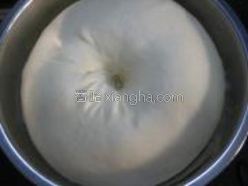 高筋粉 低筋粉 盐 糖 酵母 全蛋 水混合,和成稍具光滑的面团。加入黄油揉成能拉出薄膜的扩展阶段,将面团放入容器,盖上保鲜膜,进行基础发酵,至原来面团的两倍大。