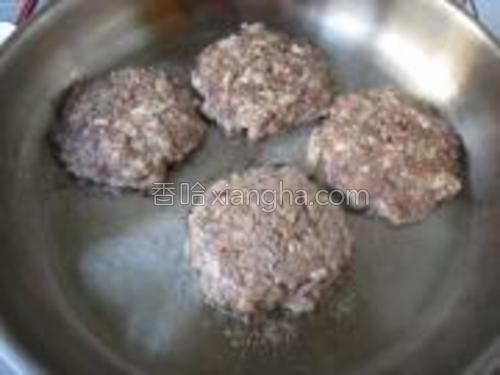 将拌好的肉馅分成6等份,用手轻轻按扁,放入煎锅,小火煎熟即可。
