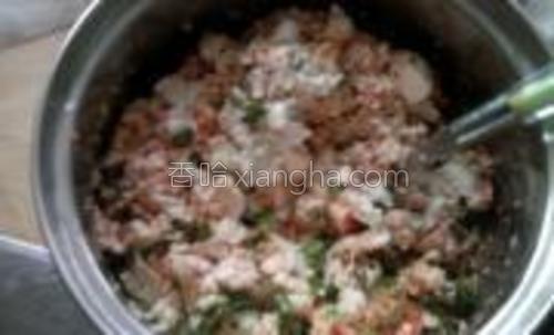 拌馅将豆腐捏碎放入盐鸡精生抽葱姜香油辣椒粉然后开始搅拌