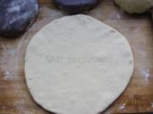 先把白面团擀成饼形,约厚5毫米。