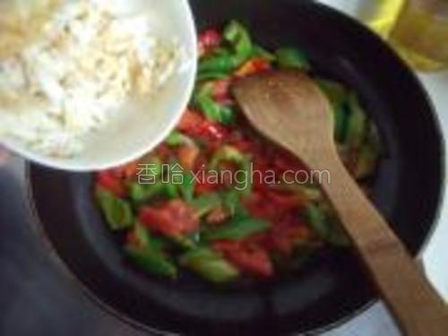 将青椒红椒番茄加入翻炒,炒到番茄出汁时加入鸡蛋。