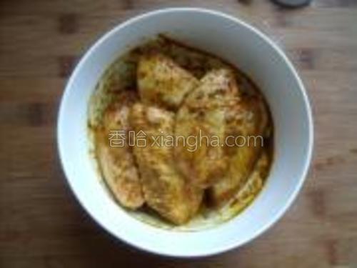 将奥尔良烤翅粉咖喱粉孜然粉料酒盐加入,搅拌均匀稍做揉压后盖上保鲜膜放入冰箱腌制一个晚上。