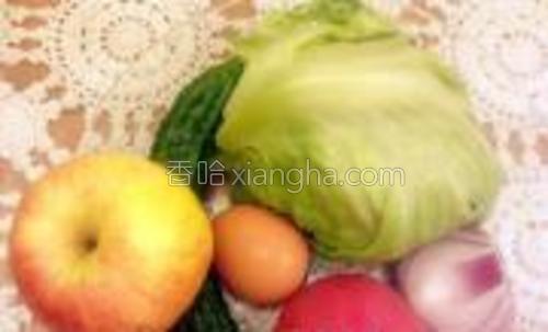 鸡蛋酸奶酪沙拉的原料:鸡蛋、生菜、黄瓜、洋葱、番茄、苹果。