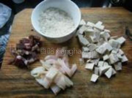 大米洗净,肉分开瘦与肥,香芋去皮切小块。