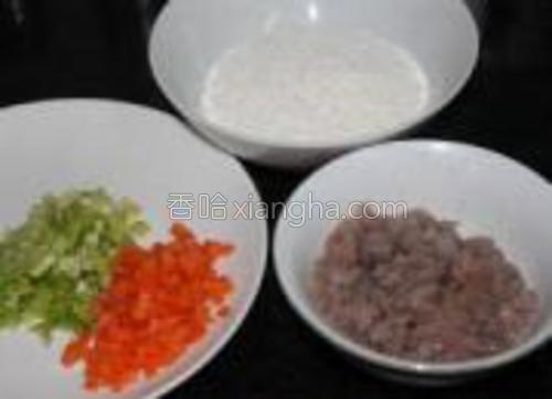 芹菜跟胡萝卜切成小丁。虾仁切成末,用盐跟料酒腌一下。