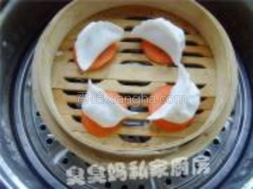 锅中垫上胡萝卜片(防止粘锅),将虾饺码入,旺火蒸6分钟起锅即可。