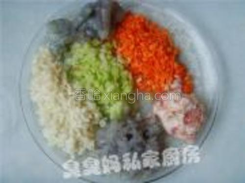 馅料:<br/>鲜虾冲洗干净,剥壳去虾线,留些整只的,其余的用刀背剁成虾肉蓉;分别剁碎猪肉、马蹄、胡萝卜、芹菜。