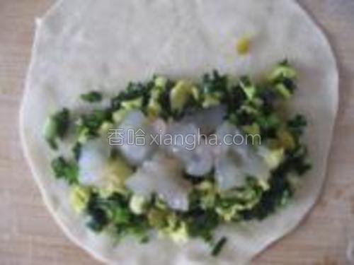 在韭菜鸡蛋上面铺上一层虾仁碎。