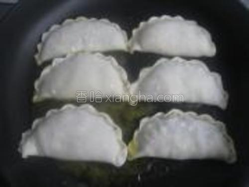 平底锅中放适量植物油,待油温5成热时放入饼坯.调小火。