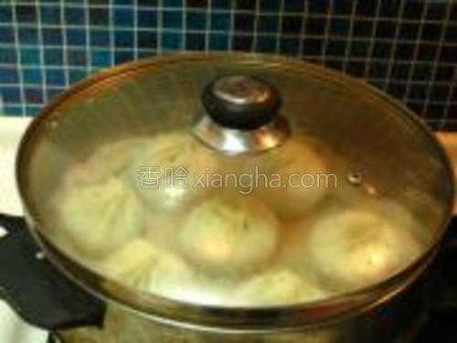 入蒸锅冷水上汽后大火蒸15分钟即可。