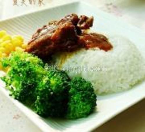 盘中盛米饭,将煮熟的玉米剥下,摆上排骨,西兰花即可。