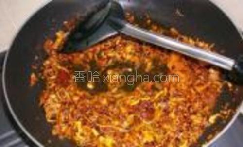 加1汤匙的水,盖上锅盖小火煮1分钟。