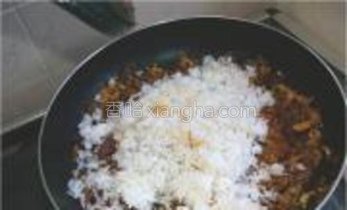 放入隔夜米饭,加入鸡精,整锅炒均匀。