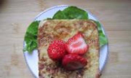 摆盘后以草莓装饰。(吃的时候可以撒点糖粉,或搭配蜂蜜。)