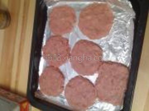做成肉饼(可以做8个,我做的有点儿厚),1cm厚。烤箱预热200度,20分钟即可。(12分钟时翻面)