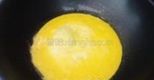 鸡蛋打散,锅中少许油,倒入蛋液,摊成蛋饼