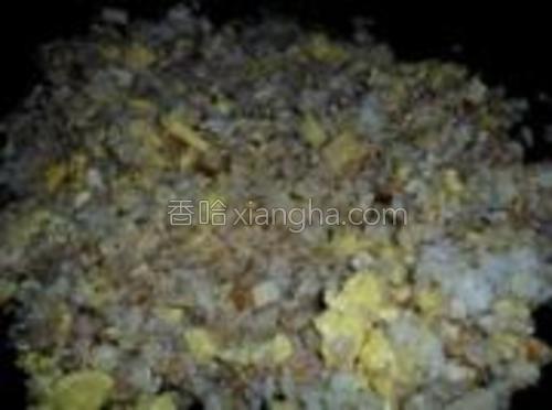 把米饭和鸡蛋翻炒均匀。