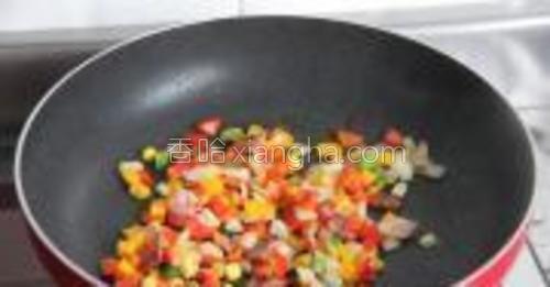 加入青椒、红椒、黄椒丁,翻炒,最后加入玉米粒和豌豆