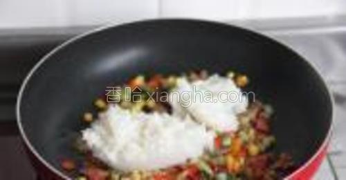 加入米饭,用铲子分离开