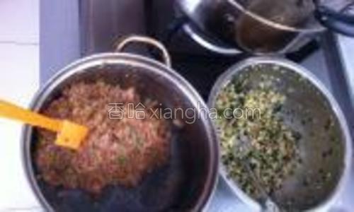 准备了两种馅料:一种是:猪肉 春笋。一种是:韭菜鸡蛋 干子粉丝。