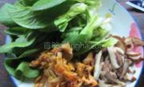 小青菜洗净,一小把;榨菜、香菇丝各少许。