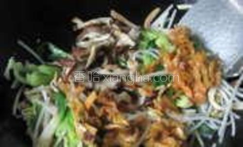加入榨菜、香菇丝拌炒。