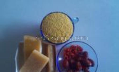 小米1杯,枸杞少许,红枣适量,糖适量,水