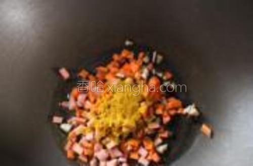 小火,锅里放适量橄榄油,倒入除米饭以外的所有材料,翻炒几下,这时候的咖喱味好香啊!!