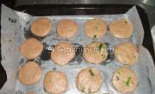 烤盘铺油纸,把小面团搓圆,按扁(厚度要一致,薄点更酥脆)放在烤盘中