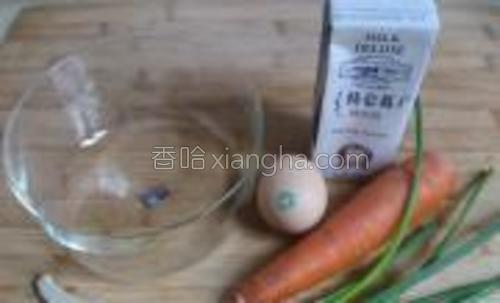 原料胡萝卜1根,鸡蛋一个,牛奶,面粉,芝麻,香葱,盐,青豆,玉米粒适量