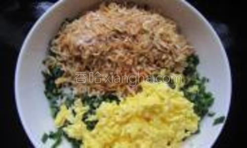 把韭菜,鸡蛋末和切碎的虾米,还有生姜末,五香粉,盐,香油放入大碗内。