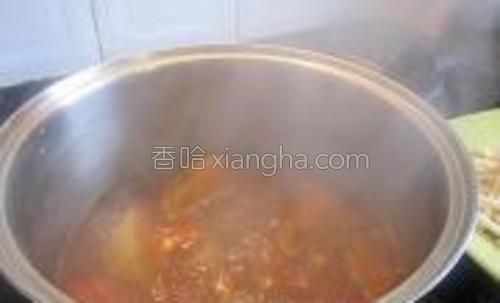 再将杂菜汤倒入锅内大火煮沸。