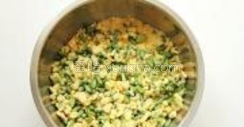 面粉与菜一定要均匀的搅拌,但是还不能太软,效果以包住菜但是不结硬块为宜。