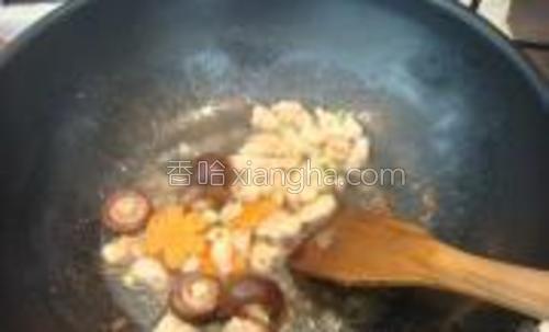 依次放入葱花、花椒面、生抽、香菇、胡萝卜煸炒