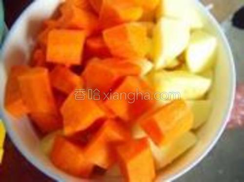土豆胡萝卜切块。