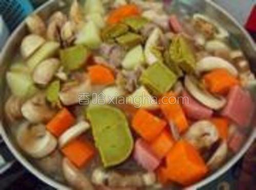 兑水,放咖喱,土豆,胡萝卜。一起大火煮开,放盐调味后转小火熬到粘稠。