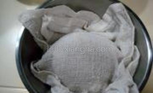 然后用湿毛巾覆盖好面团松弛十分钟备用。
