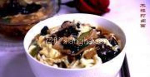 把捞出的面条盛入碗中浇上卤汁拌匀便可食用。