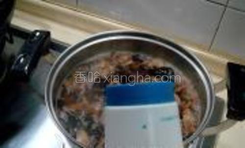 汤烧开后用盐、胡椒粉、味精调味。