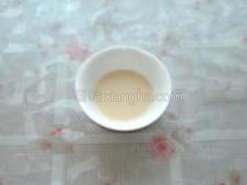 用温开水把酵母溶解开。