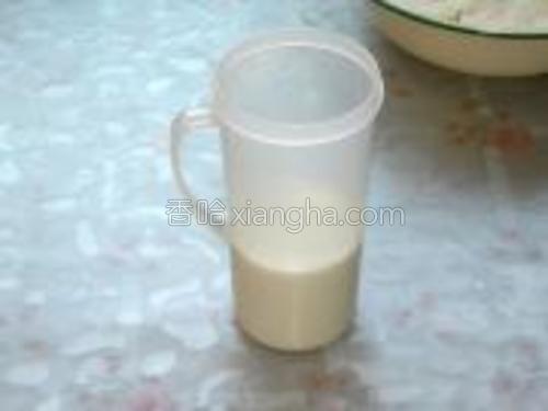300毫升的牛奶放到微波炉里加热至温暖即可。