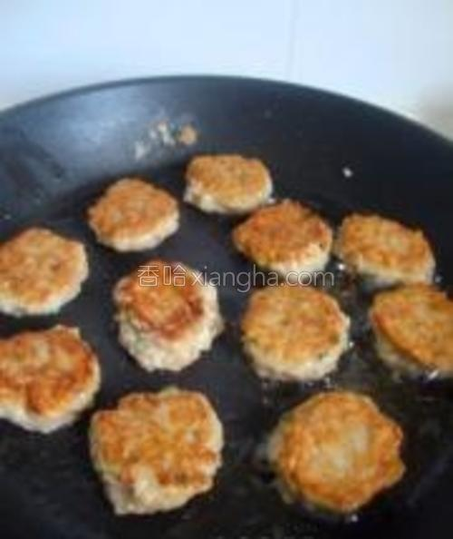 小火慢煎,正反面煎透,香酥即可。最后装盘后撒入黑胡椒碎、干辣椒盐碎。